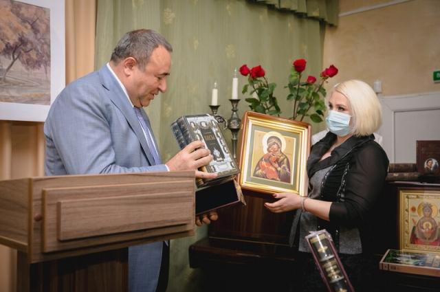 Грачья Погосян передает в дар музею коллекционные издания и Владимирскую икону Божией Матери.