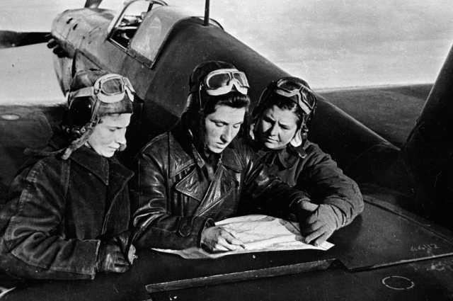 Лётчицы 586 истребительного авиационного полка Лиля Литвяк, Катя Буданова, Маша Кузнецова (слева направо) у самолета ЯК-1, 1943 год.