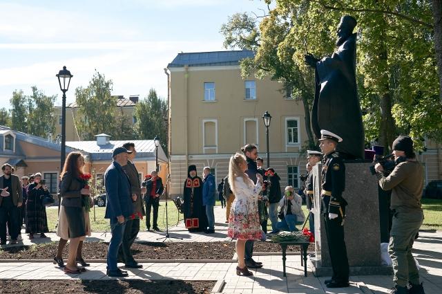 Памятник протопресвитеру установили вблизи Морского Никольского собора, напротив Музея истории города.