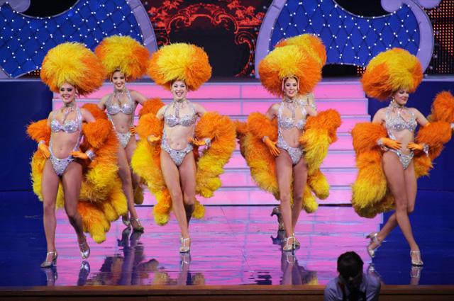 Танцевальный номер труппы Moulin Rouge во время представления Новогоднего шоу парижского кабаре на сцене Крокус Сити Холл, 2011 г
