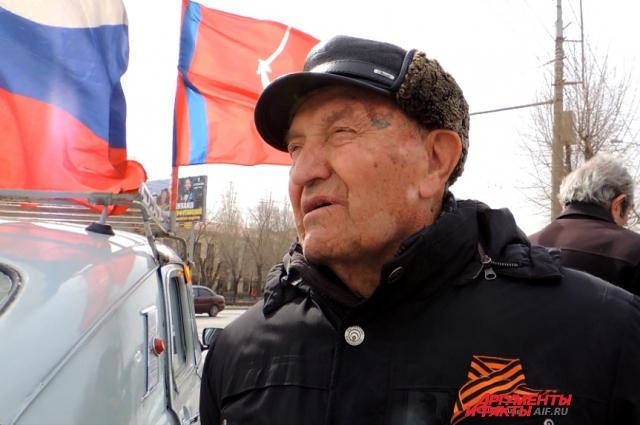 Участник Великой Отечественной войны Евгений Фёдорович Рогов пришёл пообщаться с участниками автопробега на ретро-автомобилях