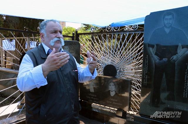 Поминальная служба на кладбище Тбилиси в день геноцида езидов