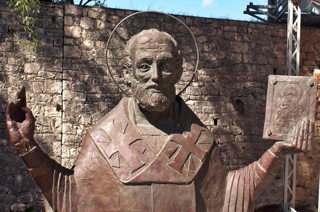 Русская Православная статуя Святого Николая, в настоящее время находится рядом с церковью в Демре