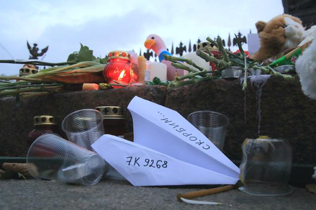Цветы и свечи на Дворцовой площади в память о жертвах авиакатастрофы самолета Airbus A321.