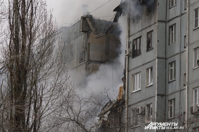 Дым от горящего дома был виден издалека.