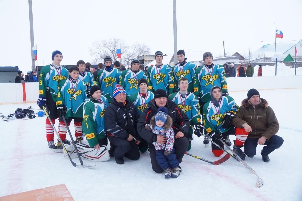 В Андреевке жители не только смотрят игру российской сборной в чемпионате, но и сами играют в хоккей.