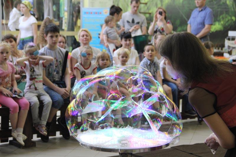 Шоу мыльных пузырей - один из самых захватывающих этапов детского праздника.