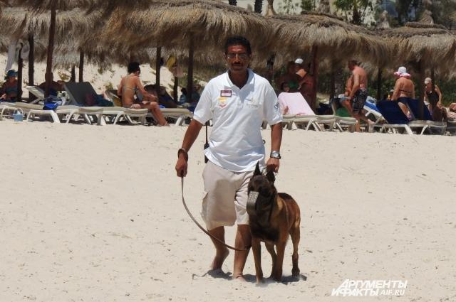 После прошлогоднего теракта пляжи действительно охраняют специально обученные собаки.