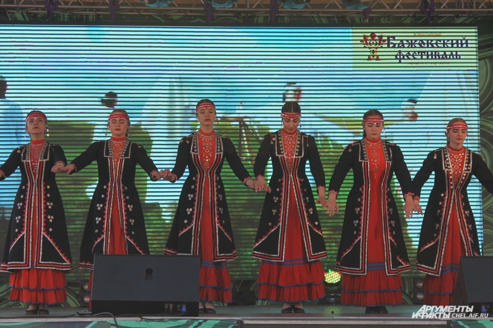 В 2016 году у фестиваля стало меньше сцен, но выступления участников остались всё такими же красочными.