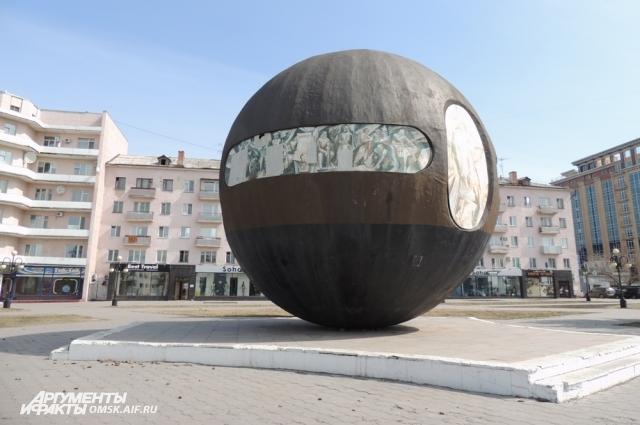 Знаменитый шар сейчас на реставрации.