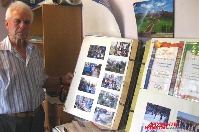Пенсионер хранит все фотографии, которые потом ложатся в основу его фильмов.