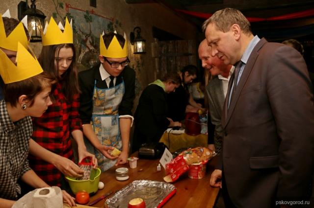 Глава города Пскова Иван Цецерский оценивает блюда псковских студентов