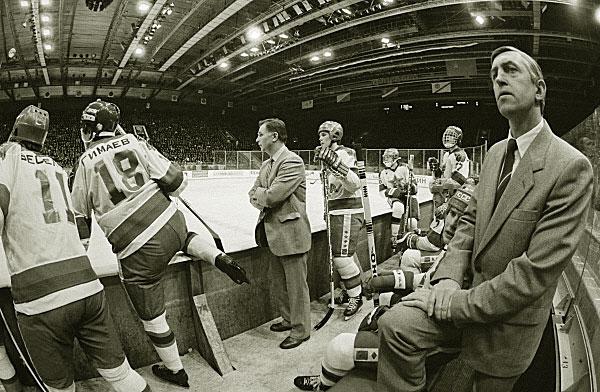 Старший тренер хоккейной команды ЦСКА и сборной СССР Виктор Тихонов (у борта) во время чемпионата СССР по хоккею. 1977 год