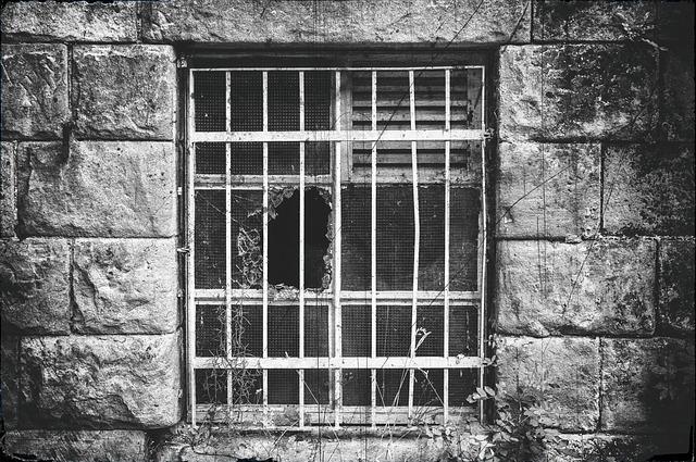 Через разбитое стекло не даст вынести ничего решетка.