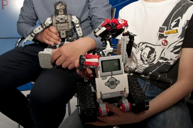 Конструкторы для создания роботов стоят очень дорого.