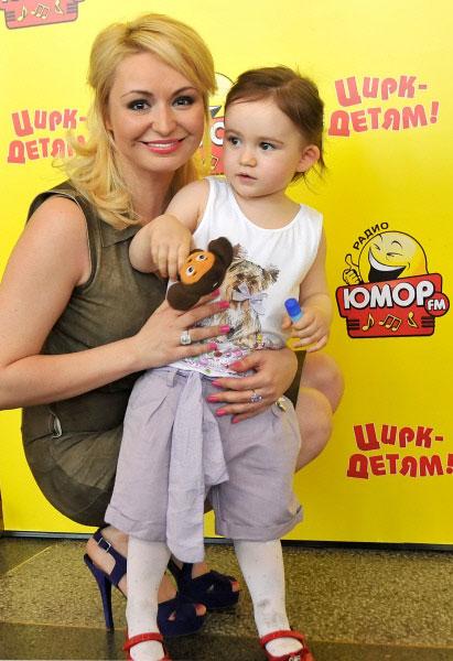 Катя Лель с дочерью Эмилией перед представлением Парад Аттракционов в Московском цирке Юрия Никулина на Цветном бульваре. 2011 год