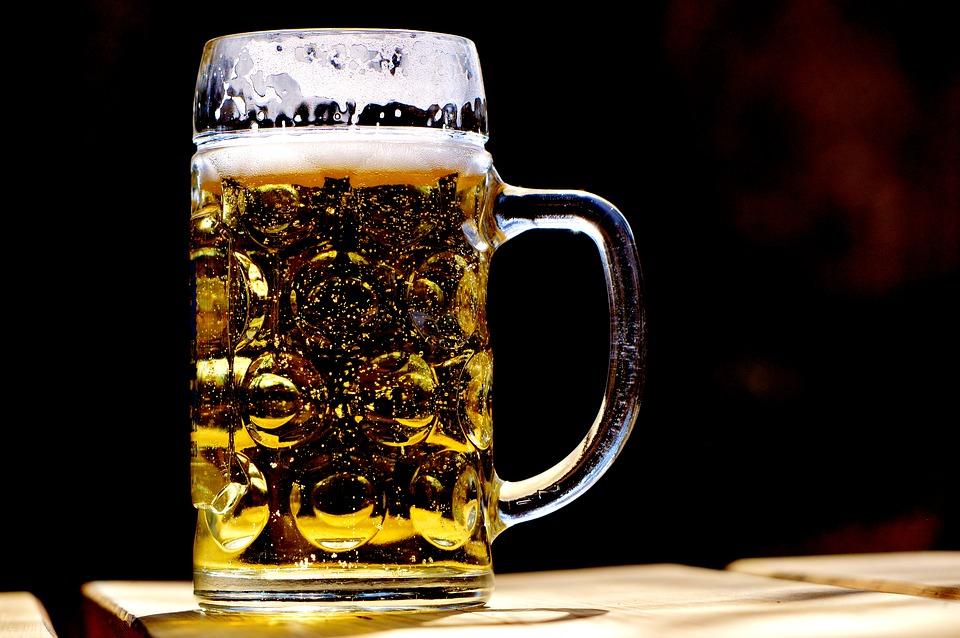 Пиво сочетается с орешками и морепродуктами.