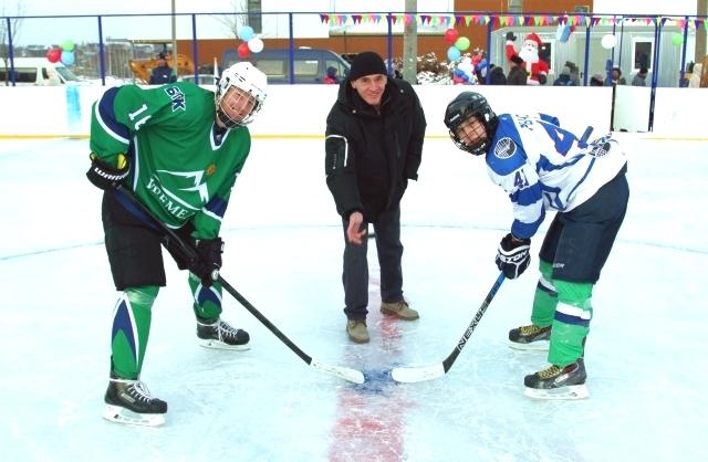 Первую шайбу вбросил заслуженный мастер спорта по хоккею Александр Семак (в центре).