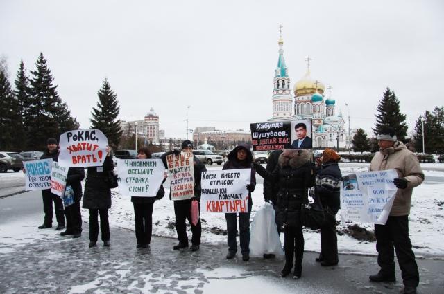 В Омске дольщики разных домов эпизодически проводят пикеты.