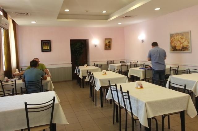 Многие столовые работают допоздна, как говорится, до последнего посетителя.