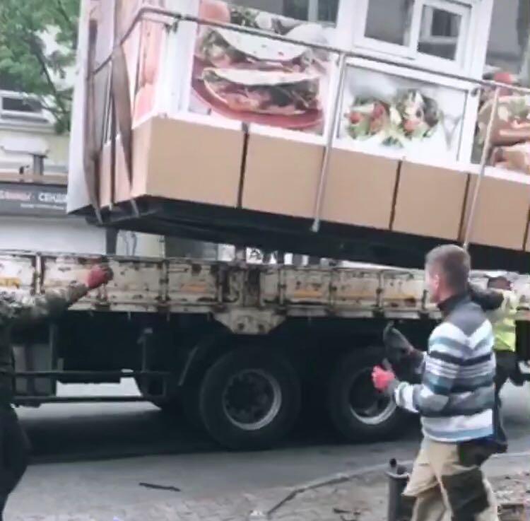 Из центра Владивостока вывозят ларьки с шаурмой.