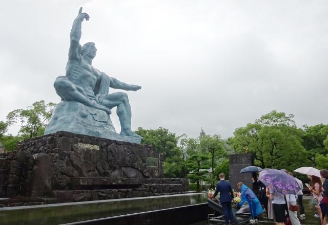 Возложение цветов к статуе Мира в Нагасаки.