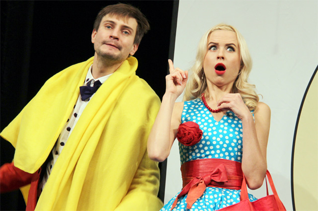 Артем Григорьев и Мирослава Карпович в спектакле «Вам не сюда», режиссер Роман Самгин, 2017 г.