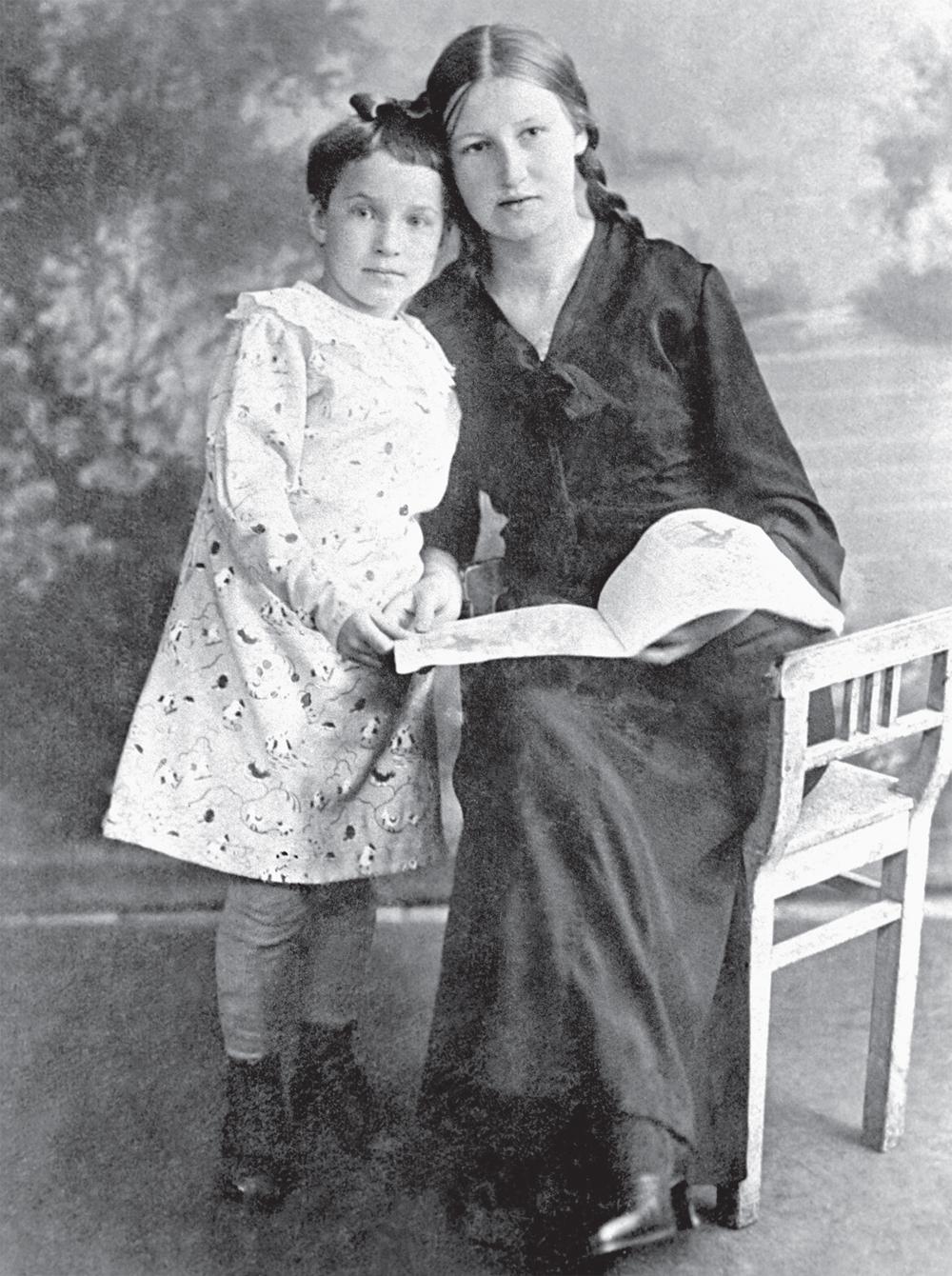 Таня Савичева со своей старшей сестрой Ниной.