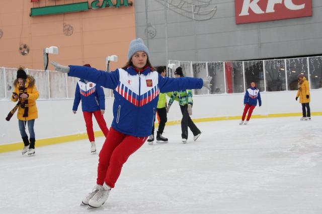 Профессиональные фигуристы научат вас правильно кататься на коньках.