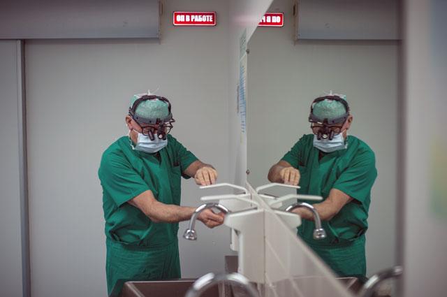 Лео Бокерия готовится к операции.