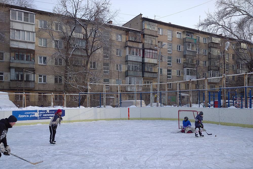 Хоккейная коробка во дворе никогда не пустует.