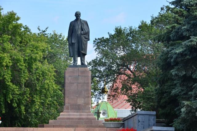 Памятник Ильичу в Омске. Сейчас главный конкурент Ильинской церкви.