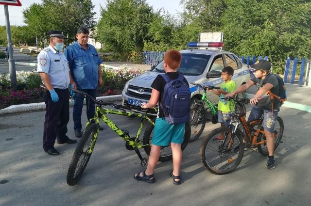Даже в условиях ограничений по коронавирусу инспекторы продолжают рассказывать ребятам о правилах безопасности на дороге.