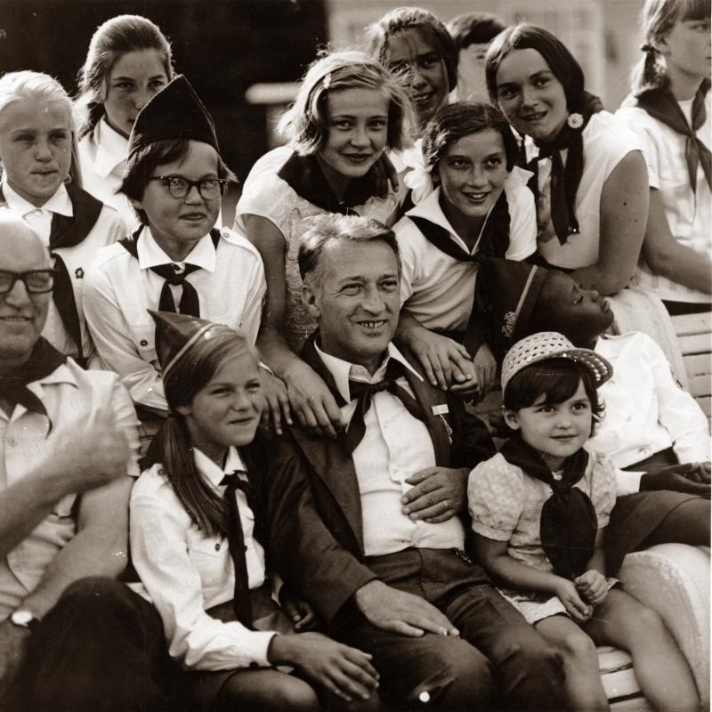 Итальянский детский писатель Джанни Родари с cоветскими пионерами, 1980 год