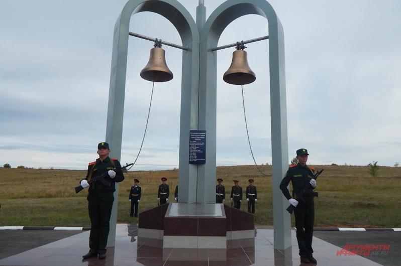 На месте взрыва теперь вновь растёт трава и стоит мемориал с колоколами. Фото: АиФ / Полина Седова