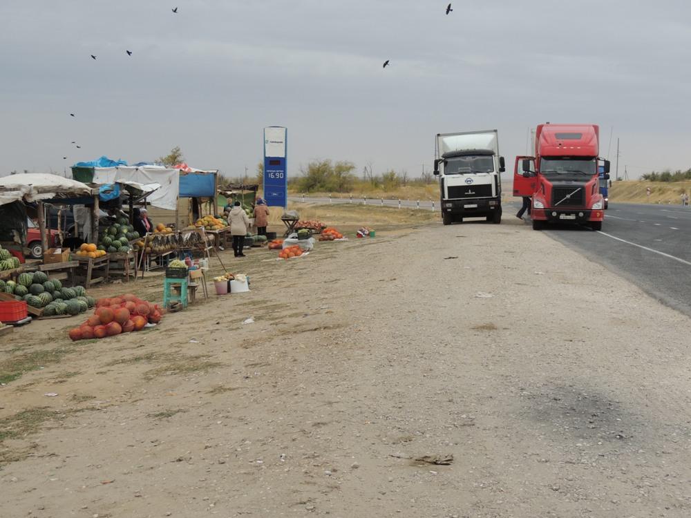 Продают арбузы чаще всего прямо на трассе
