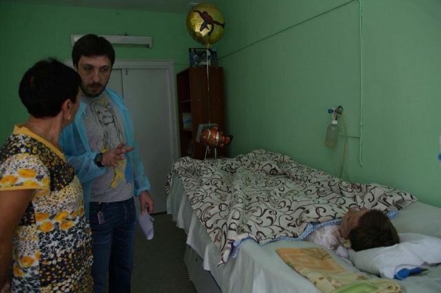Рядом с Артёмкой сейчас его бабушка и Сергей Логвин.