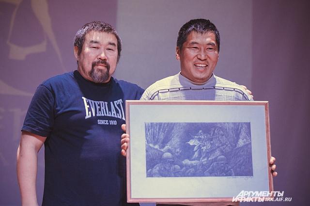 Солбон Лытгенов подарил победителю турнира Чингису Сагалуеву рисунок из раскадровки его будущего фильма о войне «321-я сибирская».