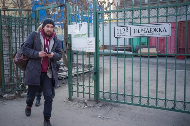 Михаил долго искал бездомных актеров для спектакля.
