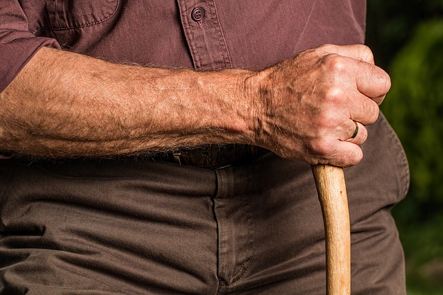 Пожилым людям, которые