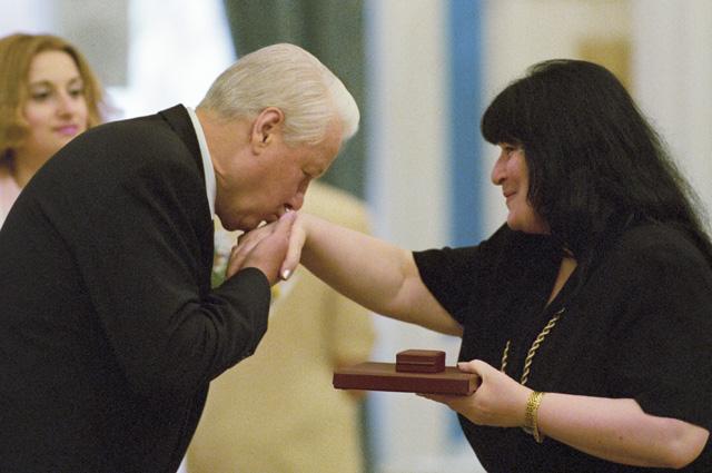Президент РФ Борис Ельцин вручает Государственную премию России писательнице Виктории Токаревой. 1998 год