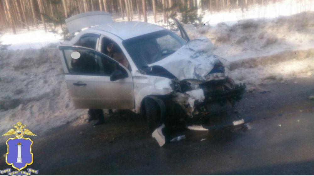 Легковой автомобиль сильно пострадал.