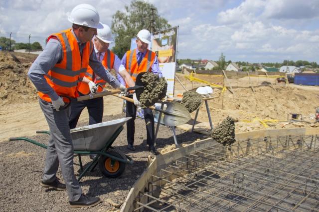 В фундамент новых очистных залили первый символический кубометр бетона.