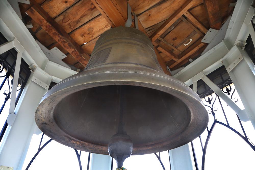Смелые туристы могут попасть на звонницу и ударить в колокол.