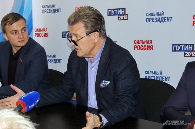 Лев Лещенко начал встречу в солнцезащитных очках, но вскоре снял их.