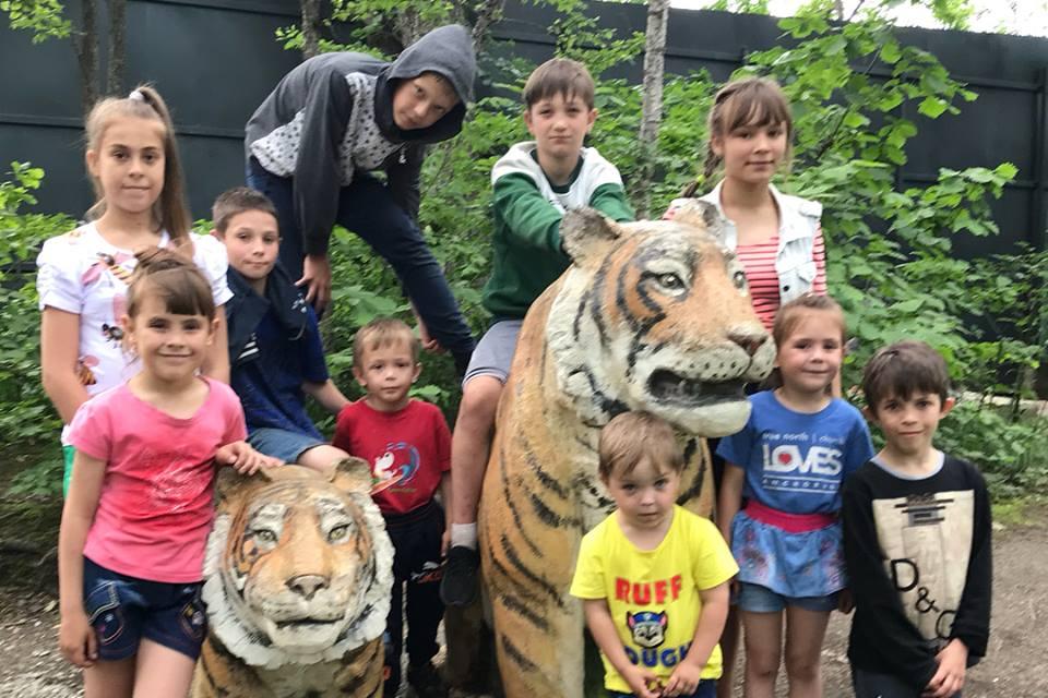 Наша дружная компания пришла в гости к тиграм.