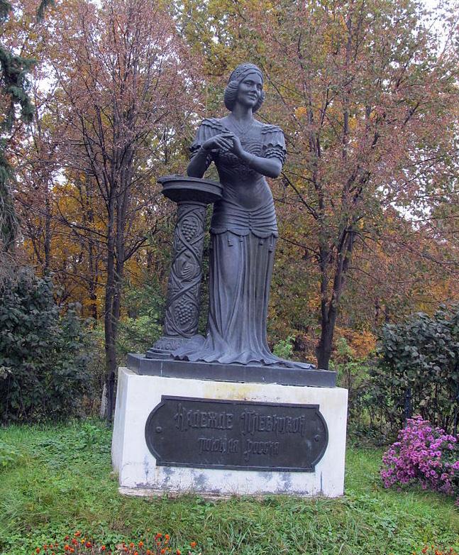 Памятник Н. Плевицкой в с. Винниково Курской обл.