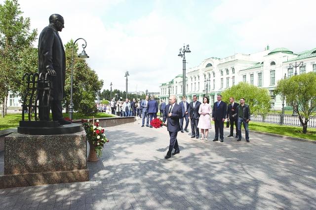 Президент возложил цветы к памятнику М. Ульянову.