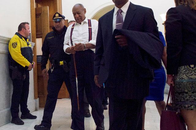 Билл Косби выходит из зала суда.
