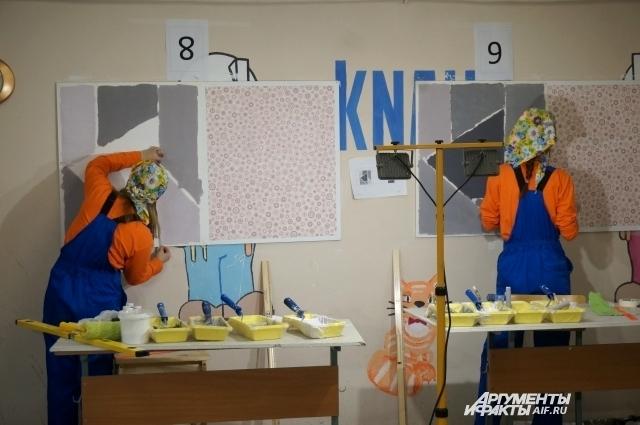 За работой – участницы профсоревнований в Пермском строительном колледже по компетенции «Малярные и декоративные работы».
